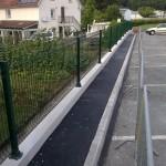 Bordures grises lisses de trottoir_Pont de Roide