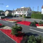 Paillage de copeaux de bois colorés rouge et noir et paillage de chanvre_Fesches le Chatel