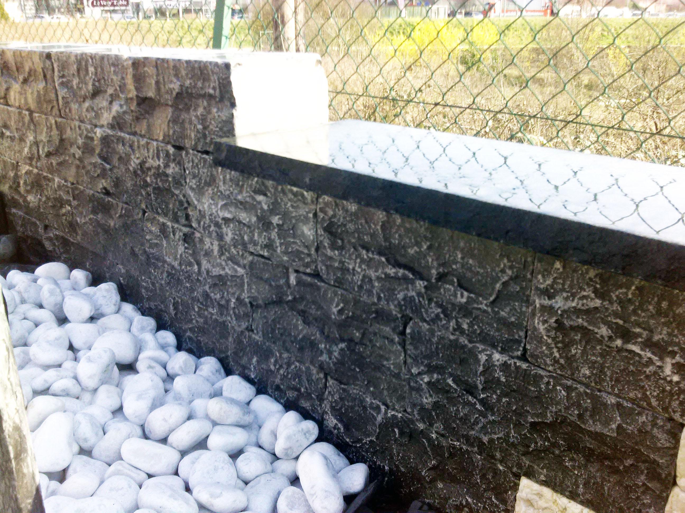 muret en pierre naturelle amnagement de jardin comment retenir la terre duun jardin en terrain. Black Bedroom Furniture Sets. Home Design Ideas